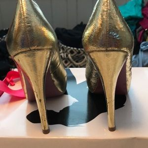 f0a288c1de3bc8 Paris Hilton Shoes - Paris Hilton gold heels size 7